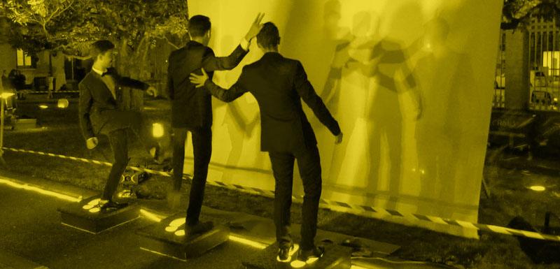 Visuel filtre jaune photo de trois personnes jouant devant l'écran lumineux